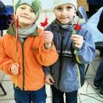 Palmy i stroiki przygotowują dzieci z zebranych wcześniej w lesie gałęzi